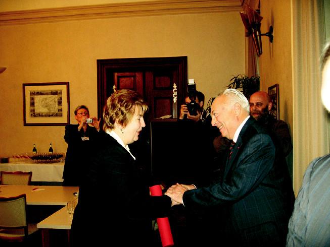 Profesor Jaroslav Blahoš gratuluje profesorce Evě Seemanové