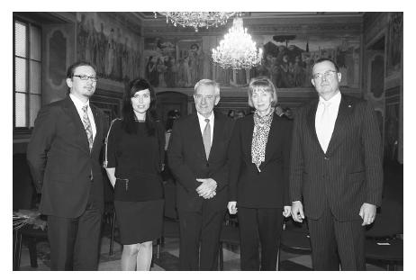 Na snímku zleva: PharmDr. Stanislav Havlíček (viceprezident ČLnK), PharmDr. Kateřina Dvořačková, PhD., doc. MUDr. Leoš Heger, CSc., prof. PharmDr. Miloslava Rabišková, CSc., PharmDr. Lubomír Chudoba (prezident ČLnK) (převzato z Čas. Čes. lék.)