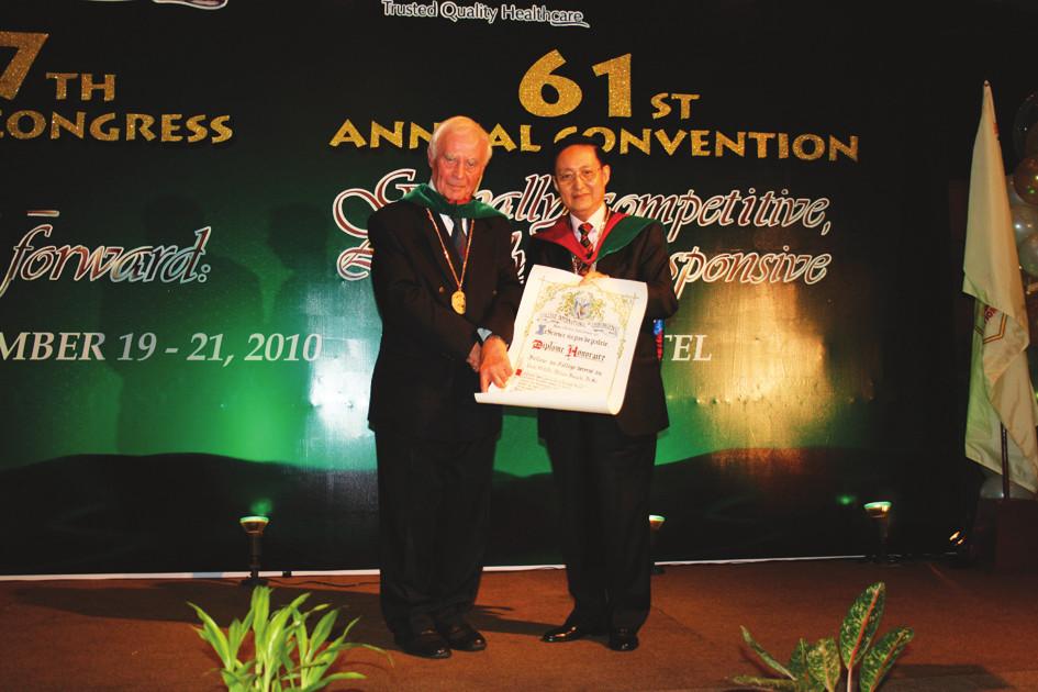 Prof. Hájek přebírá z rukou prezidenta ICS prof. Chena ze Singapuru dekret čestného člena ICS