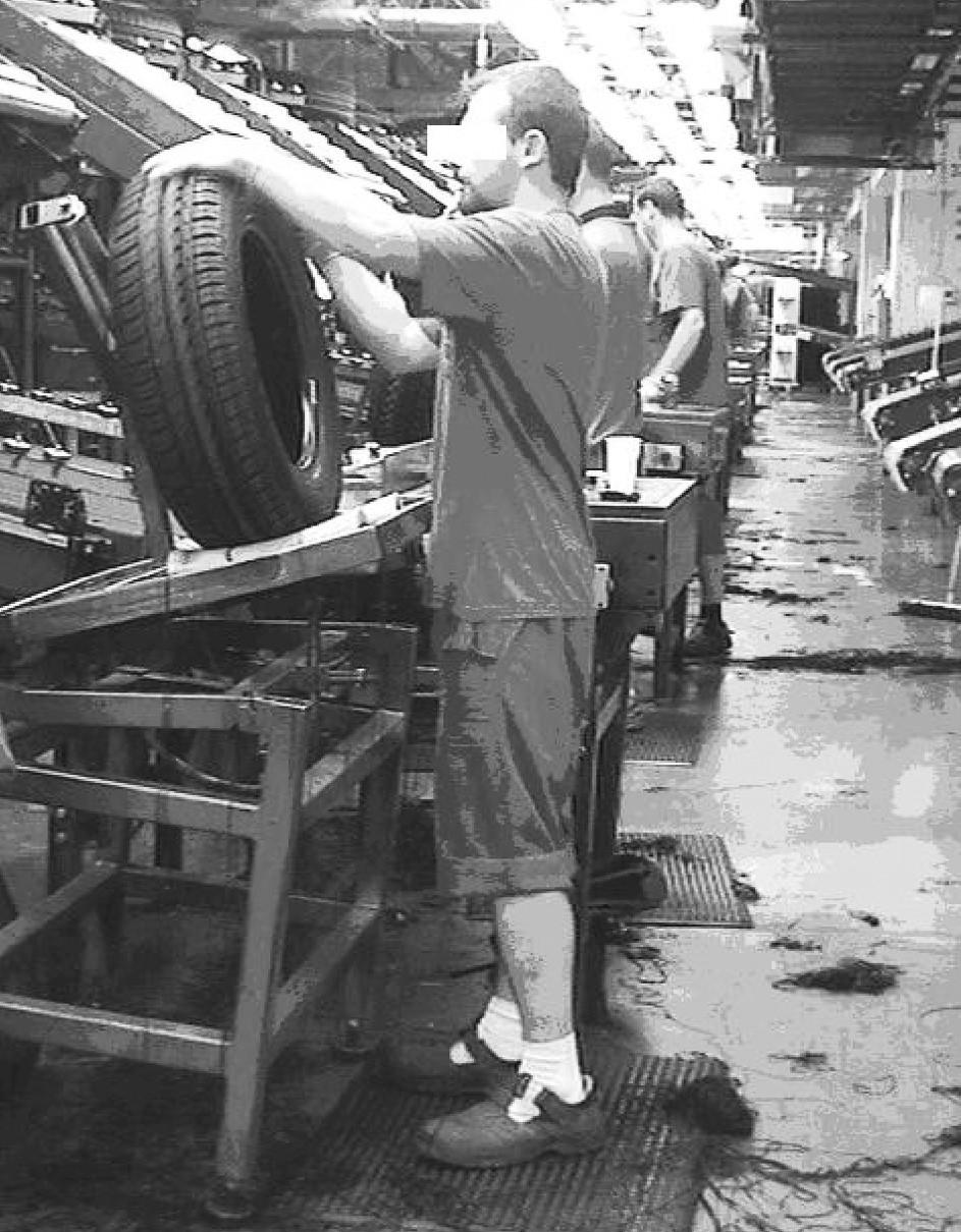 Poloha horních končetin u dělníka při kontrole pneumatiky