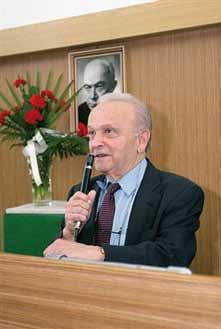 Prof. MUDr. Pavol Schweitzer, CSc., prednáša na vedeckej pracovnej schôdzi Spolku lekárov v Košiciach 21. apríla 2008, pri príležitosti XV. memoriálu prof. MUDr. Františka Póra.