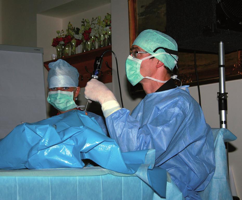 Doc. Plzák ukazuje anatomii nosu a paranazálních dutin.