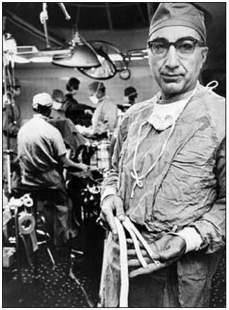 První karotickou endarterektomii provedl Michael DeBakey v roce 1953 v Methodist Hospital v Houstonu (Texas).