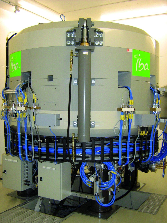 Cyklotron IBA Cyclone 18/9, jenž je součástí vybavení PET centra MOÚ a ÚJV (aktuální foto).