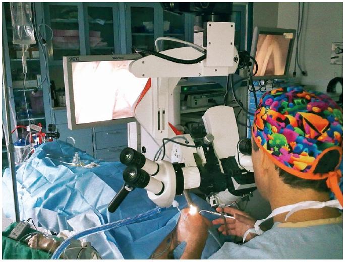 Dr. Clark Rosen při operaci.