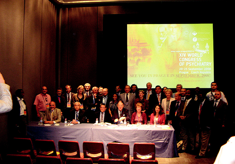 Pozvání do Prahy - 2008 na WPA fóru za účasti vedoucích představitelů světové psychiatrie. Sedící zleva: Miguel Jorge, sekretář WPA pro sekce, Mario Maj, budoucí prezident, Juan Mezzich, prezident WPA, John Cox, generální sekretář WPA, Helen Herman, sekretář pro publikace a hostitelka konference v Melbourne.