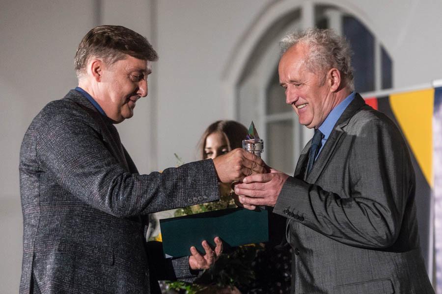 Obr.4 doc. RNDr. Pavel Kreml, CSc. převzal cenu Křišťálový kamínek, kterou vyhlašuje Asociace Trigon