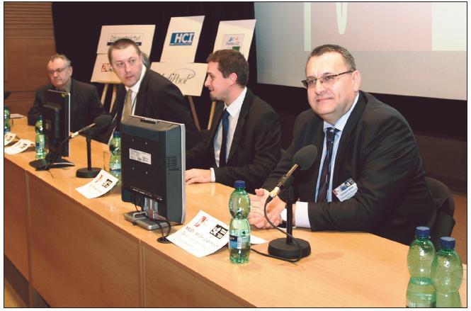 """Účastníci panelové diskuse (zprava): europoslanec MUDr. Cabrnoch, Mgr. Staněk (IZIP), PharmDr. Beneš (SÚKL), Ing. Novák (NESS) a Ing. Staněk (VZP) – """"schován"""" za Dr. Benešem"""