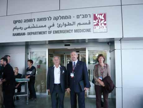 Dr. Michaelson a doc. Klein před vstupem na oddělení urgentní medicíny nemocnice Rambam v Haifě.