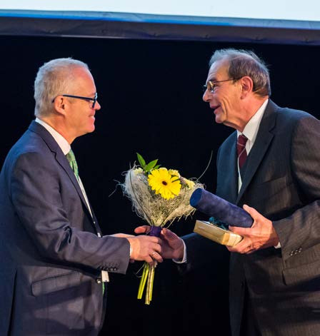Profesor Babjuk předává MUDr. Pochovi čestné členství ČUS Fig. 2. MUDr. Poch awarded the Honorary Membership of CUS by professor Babjuk