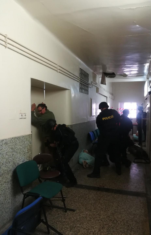 <em><strong>Obr. 1</strong> Pachatele ozbrojeného nožem zadrželi policisté. Foto: Magda Hettnerová</em>