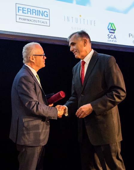 Profesor Babjuk předává docentu Kočvarovi Medaili Eduarda Hradce Fig. 6. Associated professor Kočvara awarded the Eduard Hradec Medal by professor Babjuk