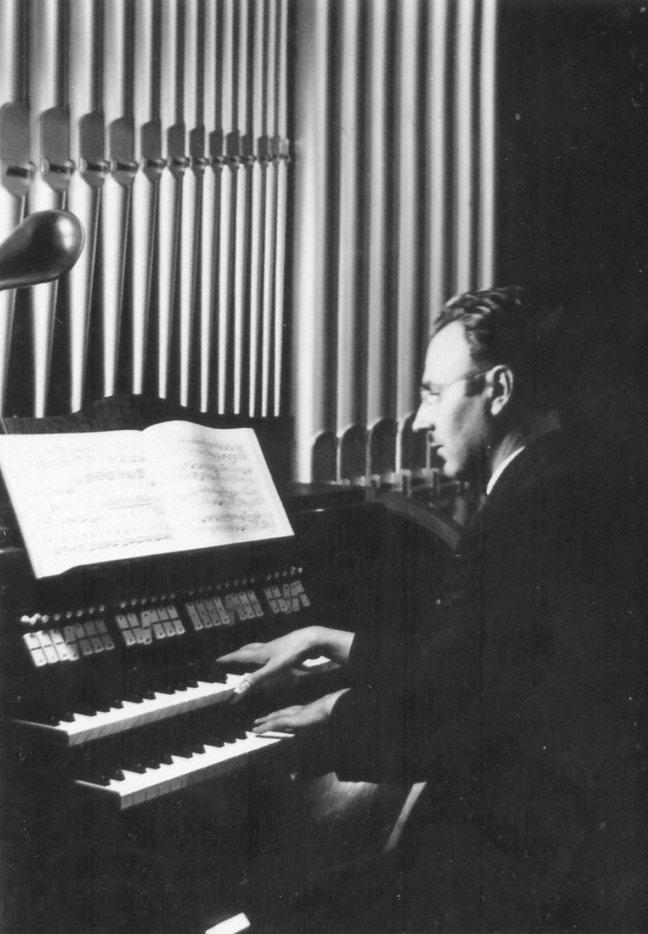 Cornelius Veits při hře na varhany.