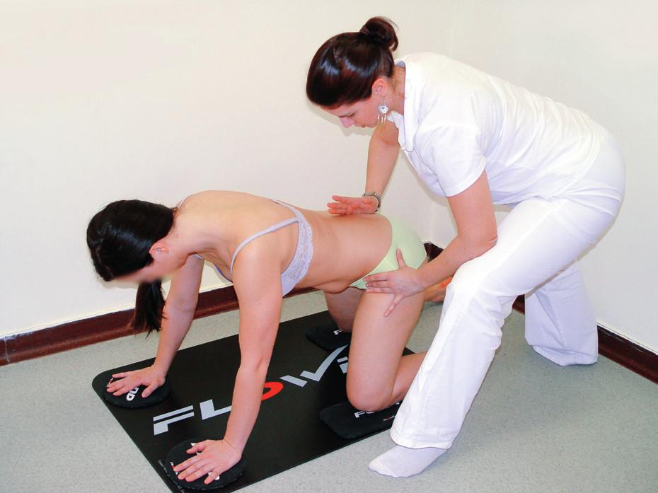 Trénink stabilizace trupu a pánevního pletence ve vzporu klečmo. Cílem je aktivace napřímení trupu nad levým kyčelním kloubem se současným fázickým posunem PDK s odporem dle velikosti tření. Terapeut kontroluje centrované postavení jamky nad hlavicí femuru ve smyslu míry pohybu pánve v sagitální a horizontální rovině. Vzpřímení je facilitováno aproximací do levé kyčle přes sakrum.