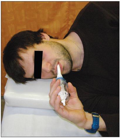 Dýchání s dechovou pomůckou Threshold PEP vleže na boku.