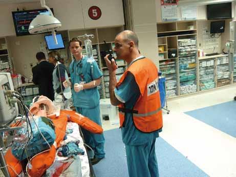 Vedoucí lékař koordinuje činnost personálu na urgentním příjmu.