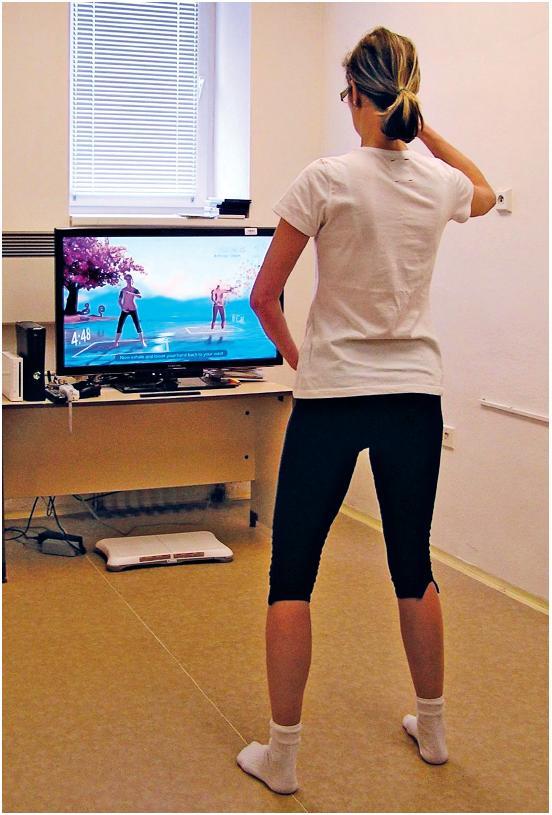 Videoherní systém Kinect Xbox 360: ukázka cvičení ze série Your Shape Fitness Evolved. Tělo hráče je snímáno pohybovým senzorem Kinect (vybaveným kamerou, zdrojem infračerveného záření a senzorem pro jeho detekci). Pohybový senzor je umístěn pod televizní obrazovkou.