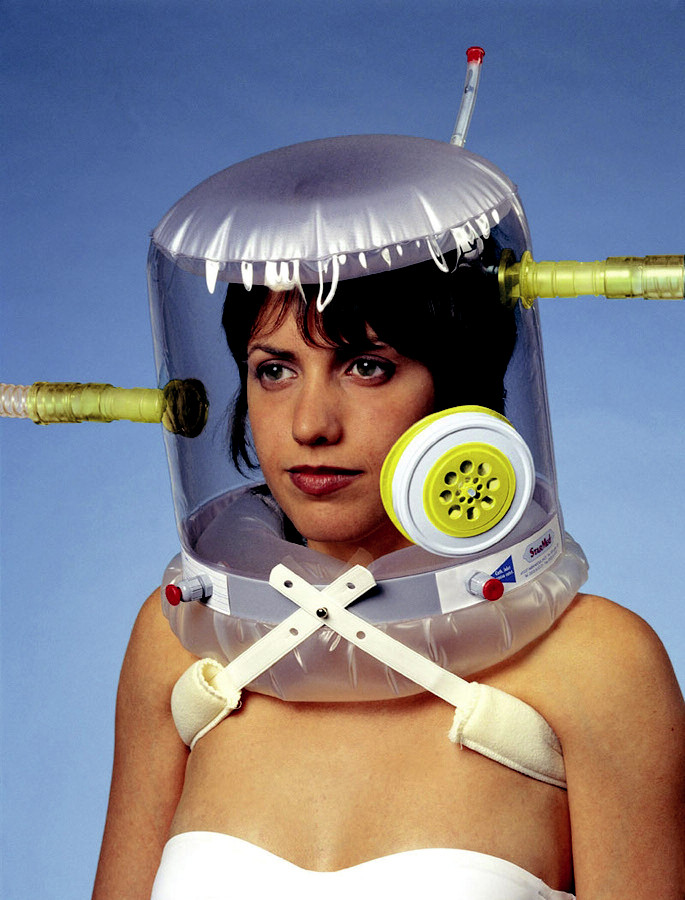 Helma pro NIV CASTAR: přívodní a odvodní hadice k připojení k ventilátoru, havarijní ventil a porty v rámu helmy na bázi krku k zavedení sondy nebo brčka k pití.