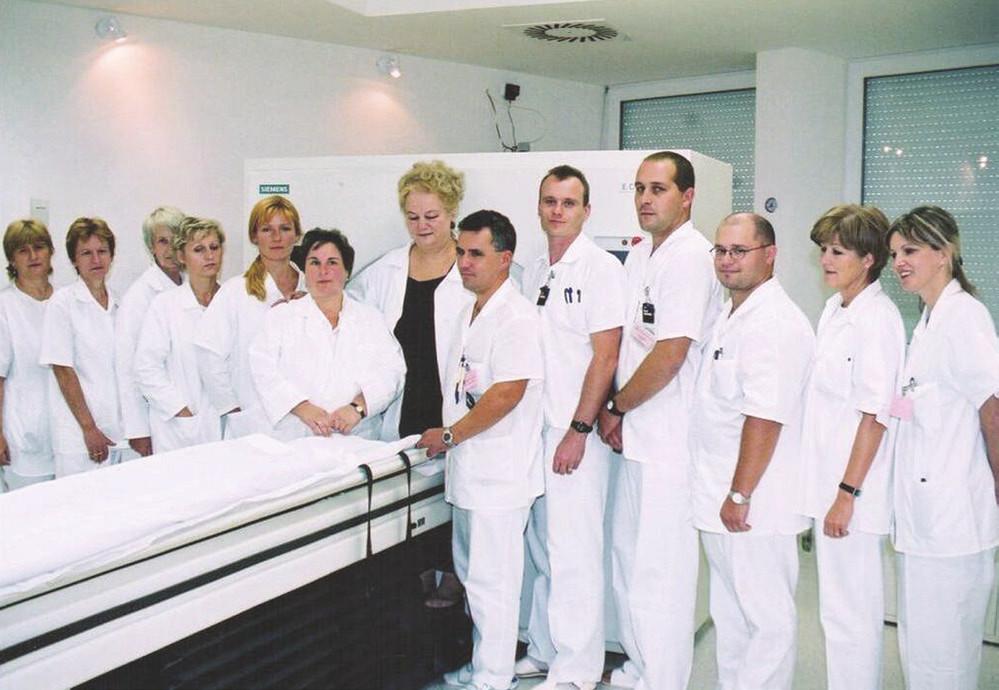 Kolektív pracovníkov na prvej PET kamere – OÚSA.