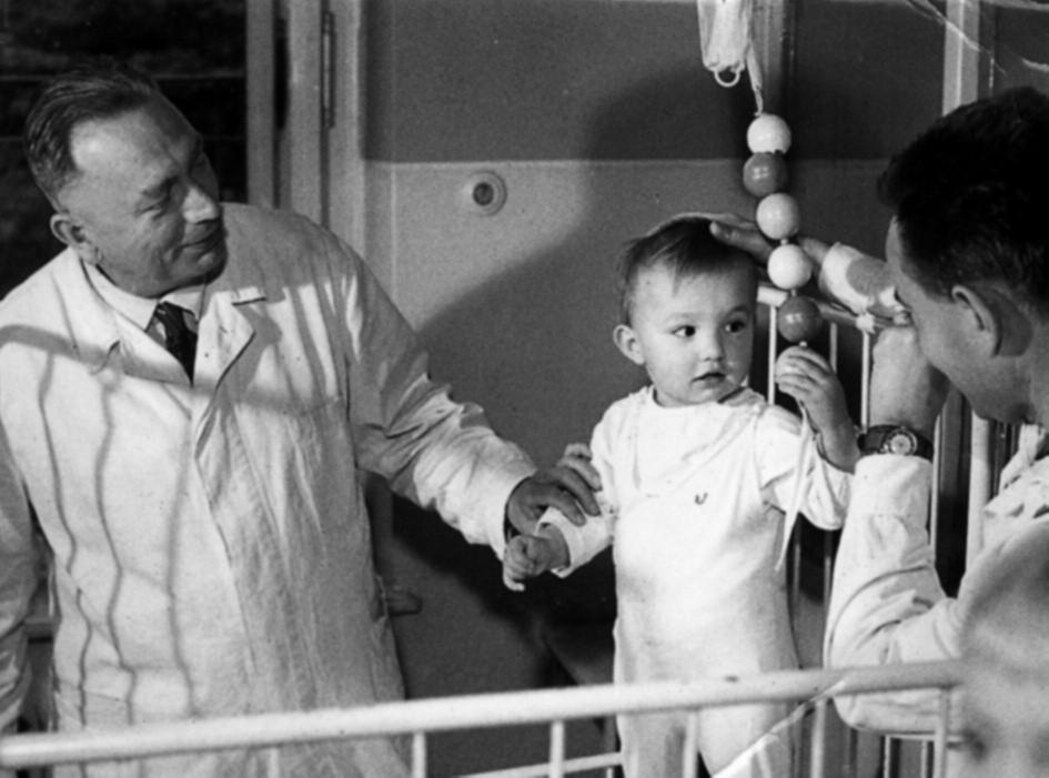 Prof. Houštěk při velké vizitě. Vpravo referuje o pacientovi doc. Alois Kopecký.