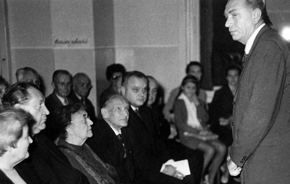 Prof. Houštěk má projev při osmdesátinách prof. Brdlíka v bývalé posluchárně dětských klinik Na Karlově v Sokolské ulici.