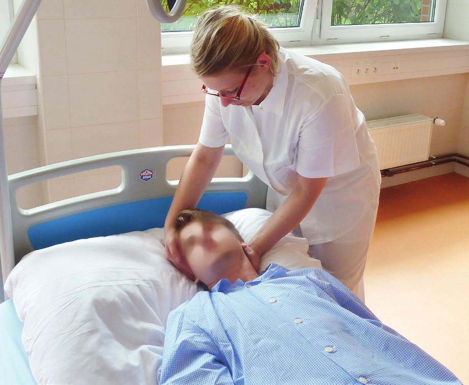 Otáčení pasivně ležícího nemocného zahajujeme mírným pootočením hlavy na stranu, na kterou bude poté otáčeno i celé tělo.