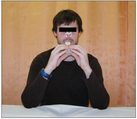 Dýchání s dechovou pomůckou Threshold IMT v sedu s oporou o horní končetiny.