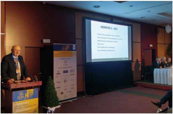 Současný prezident UEG Michael Manns při přednášce. Fig. 2. Current United European Gastroenterology president Michael Manns during his lecture.