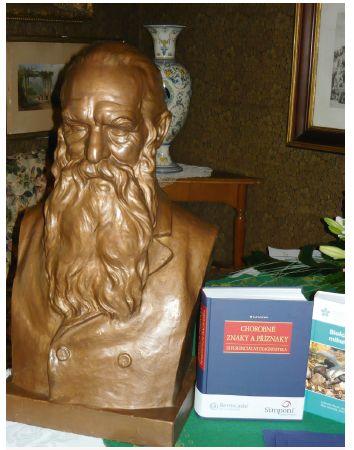 Oceněná kniha vedle busty Josefa Hlávky