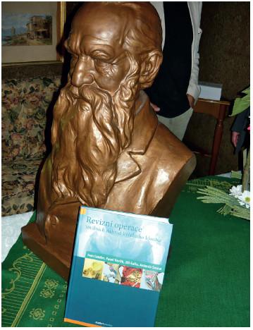 Oceněná publikace opřená o bustu Josefa Hlávky (foto autor článku)