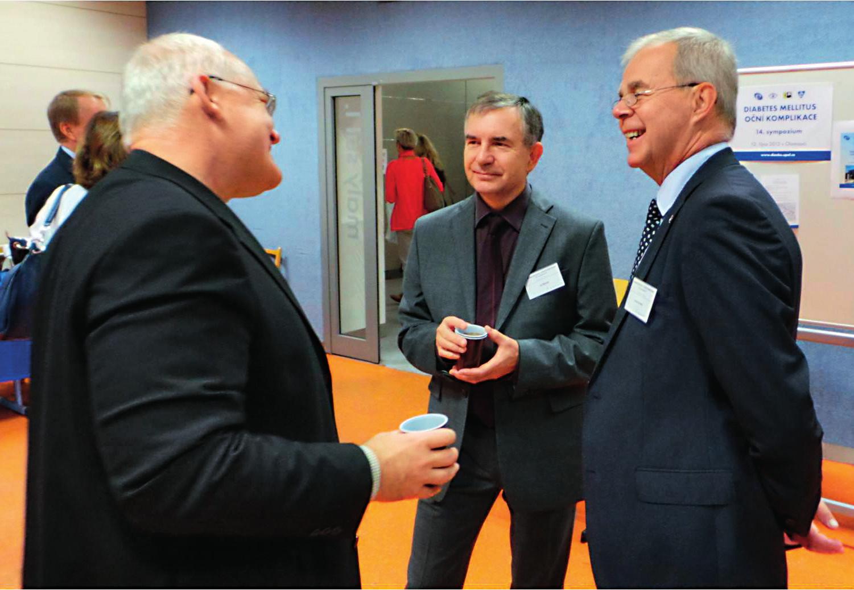 Atmosféra v kuloárech před zahájením sympozia (zleva): prof. MUDr. Milan Kvapil, CSc., MBA (přednosta Interní kliniky 2. LF UK a FN Motol, Praha), prof. MUDr. Jiří Řehák, CSc., FEBO (přednosta Oční kliniky LF UP a FN, Olomouc) a doc. MUDr. Tomáš Sosna, CSc. (Oční ambulance CD IKEM, Praha)