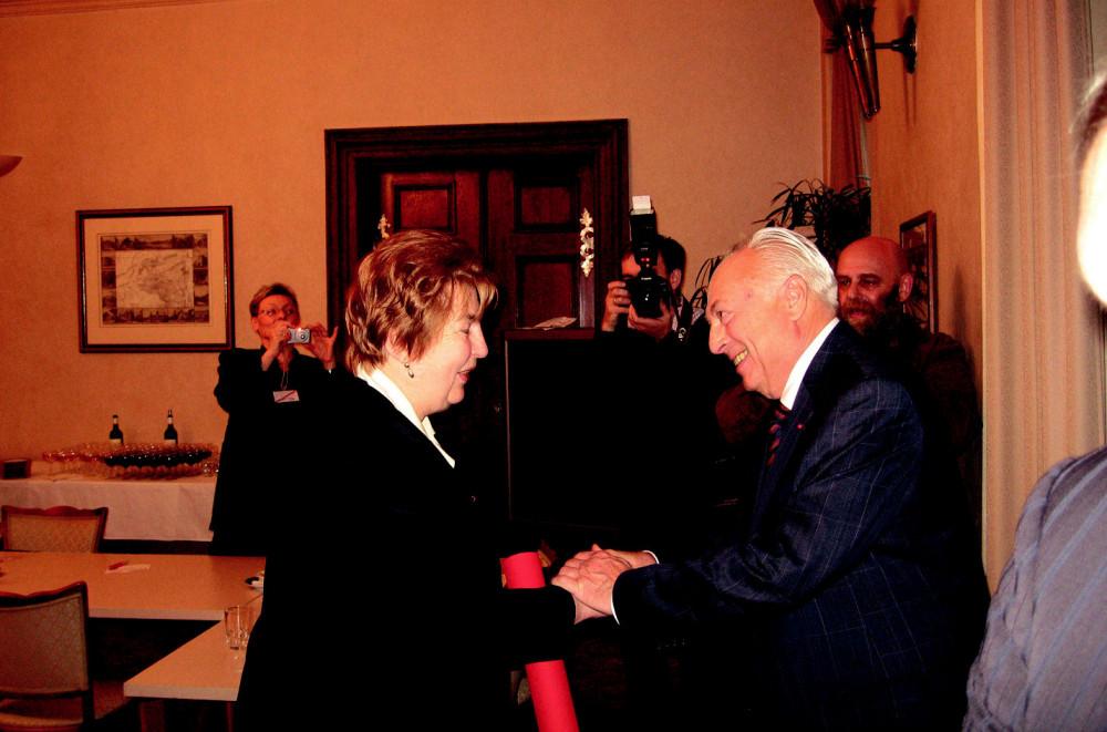 Profesor Blahoš gratuluje profesorce Seemanové. (Foto: Z. Kacetl)