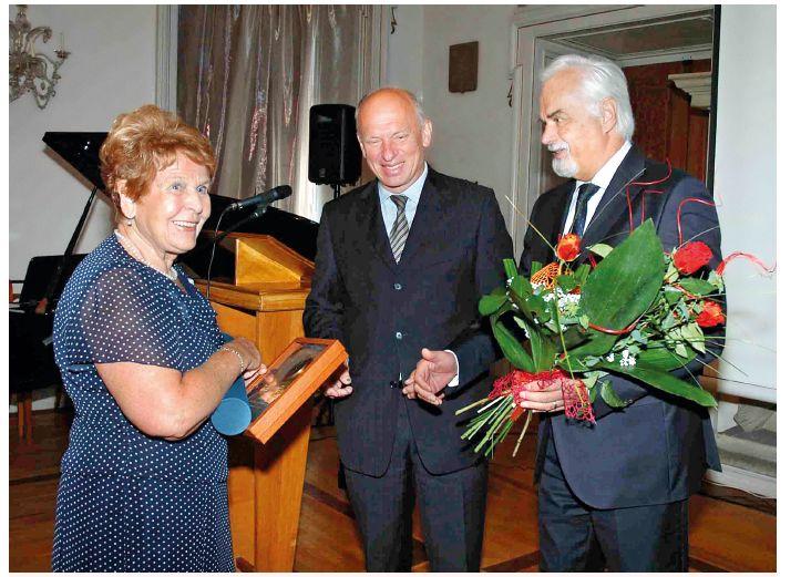 Prof. MUDr. Štěpán Svačina, DrSc. (uprostřed) a prof. MUDr. Vladimír Palička, CSc. předávali paní profesorce cenu