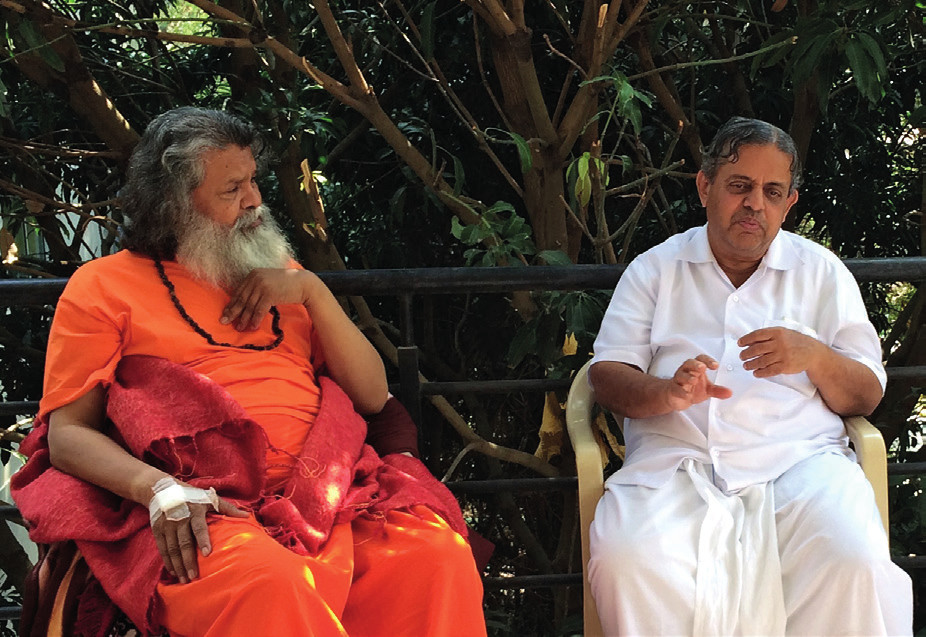 Profesor Dr. H. R. Nagendra vpravo v rozhovore s Paramhans svámim Mahéšvaránandom na Univerzite.