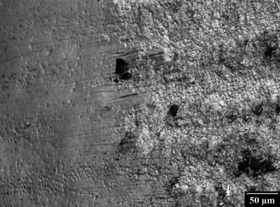 Obr. 3a. Povrch skloviny v elektronovém rastrovacím mikroskopu po odstranění keramického zámku.