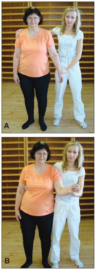 Vedenie pacienta druhou osobou: a) nesprávne vedenie, b) správne vedenie.