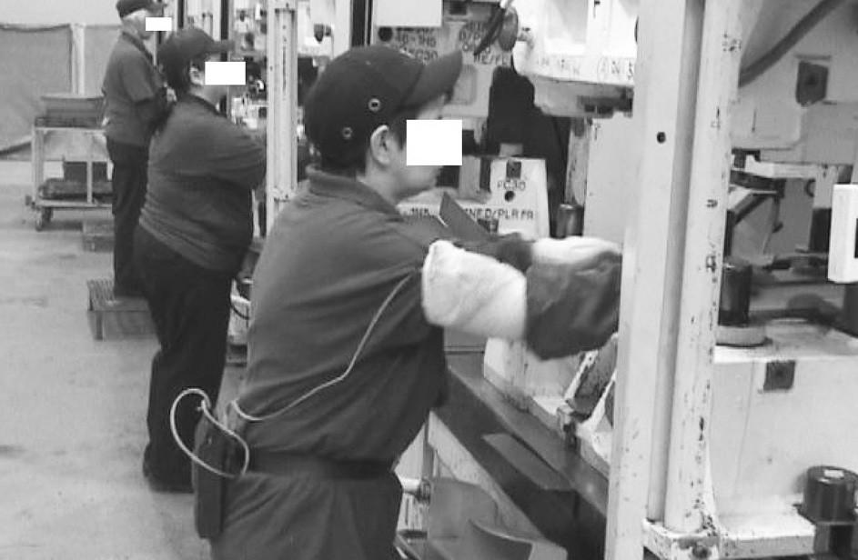 Poloha horních končetin u profese lisařka Lisovací přípravek je vložen na výškově nenastavitelnou pracovní plochu, tím se zvýší manipulační rovina pro horní končetiny