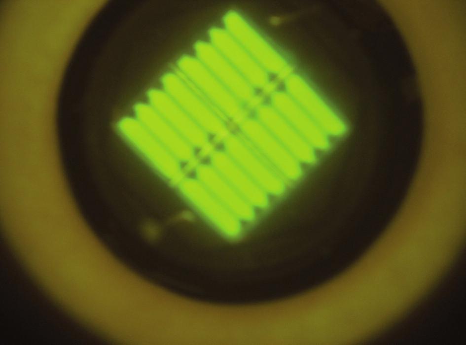 Typický obraz diodového pole lampy osazené jedním typem diod s emisí v úzké oblasti světla. Lampa Translux Power Blue, oranžový filtr.