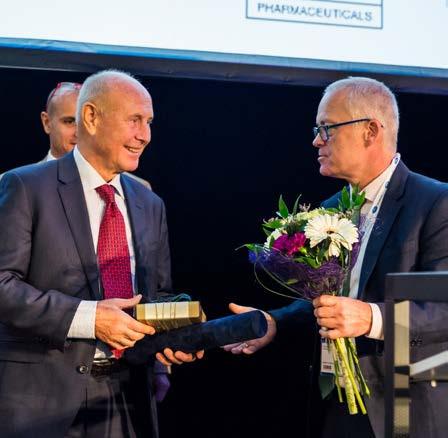 Prof. Babjuk předává docentu Urbanovi čestné členství ČUS Fig. 7. Associated professor Urban awarded the Honorary Membership of CUS by professor Babjuk
