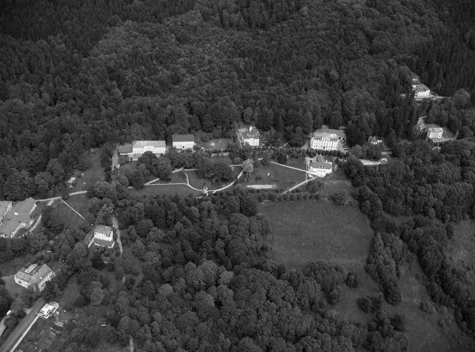 Areál léčebny z leteckého pohledu. Fig. 1. The area of the hospital in aerial view.
