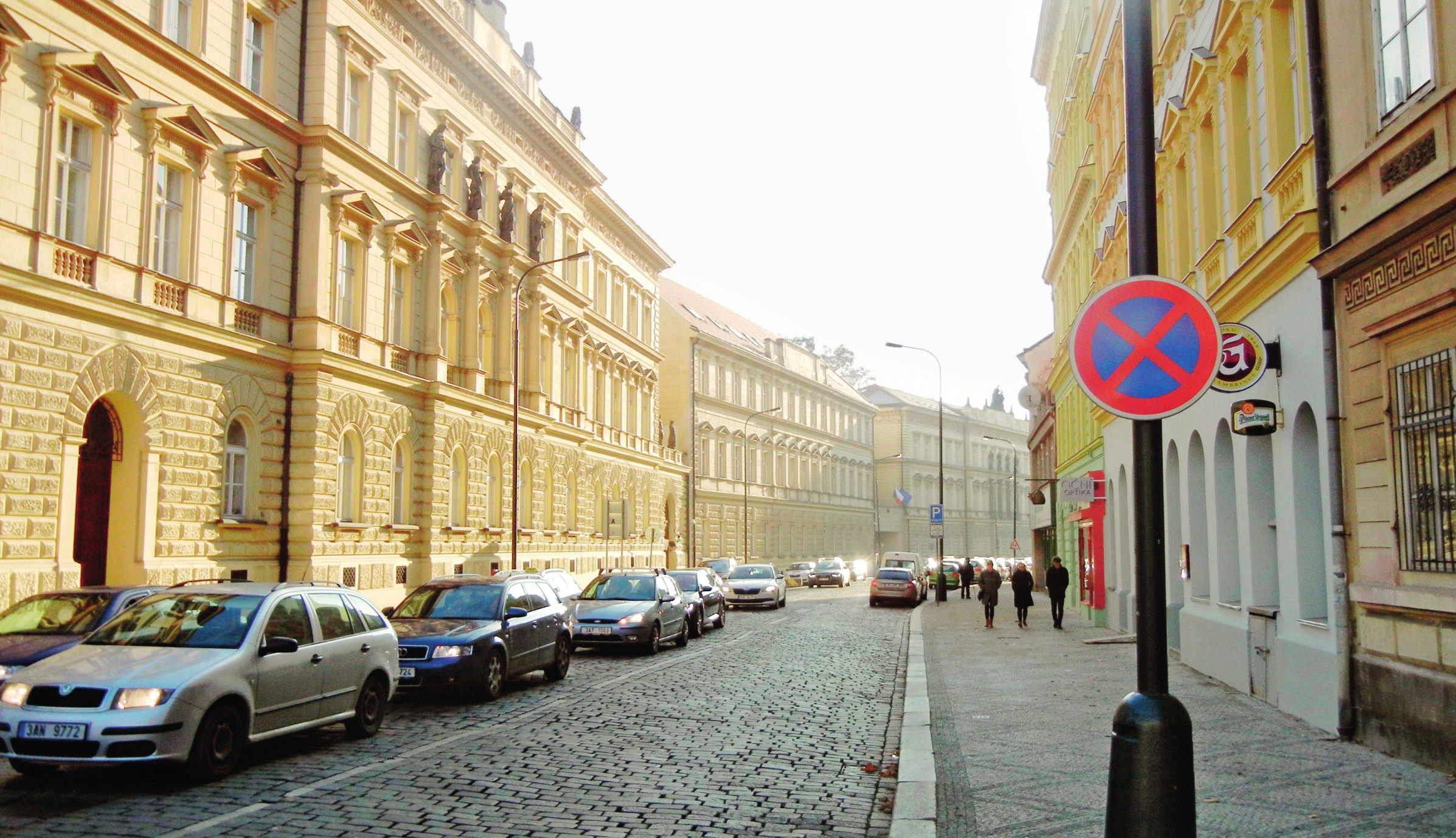 Celý komplex budov bývalého chudobince, dnes Ministerstva spravedlnosti, a Gymnázia Botičská (budova na konci)