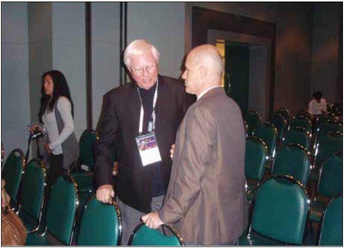 Prof. John Steele (vlevo) diskutuje současnou klasifikaci parkinsonských syndromů s prof. Carlem Colosimem po své přelomové přednášce během světového neurologického kongresu v Bangkoku v říjnu 2009. <sup>©</sup>foto Petr Kaňovský