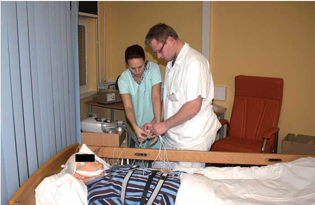 Napojování elektrod a snímačů pro polysomnografické vyšetření ve spánkové laboratoří Kardiovaskulárního spánkového výzkumného centra ICRC.