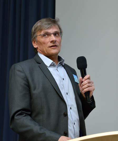 Foto 1. MUDr. Ženíšek během své přednášky Photo 1. Dr. Ženíšek during his lecture