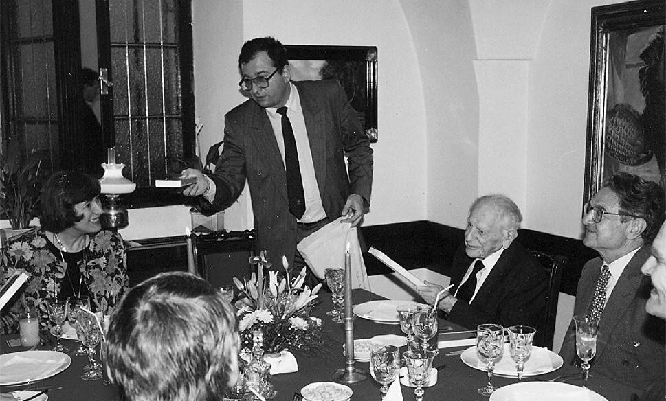 Duben 1994 - prof. Höschl umí na večeři pozvat filozofy i miliardáře: napravo jsou K. R. Popper a G. Soros.