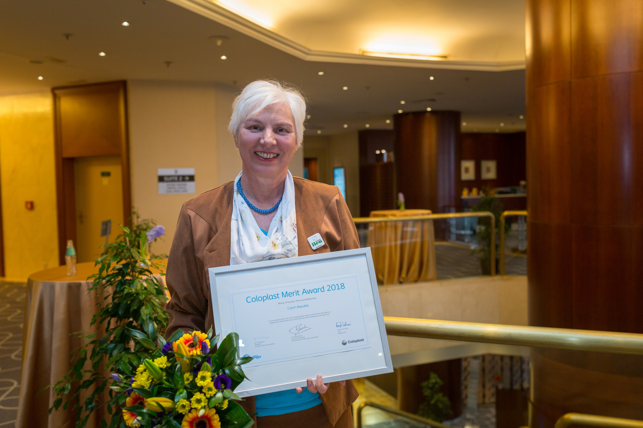 <em><strong>Obr. 1</strong> Marie Ředinová s oceněním Coloplast Merit Award</em>