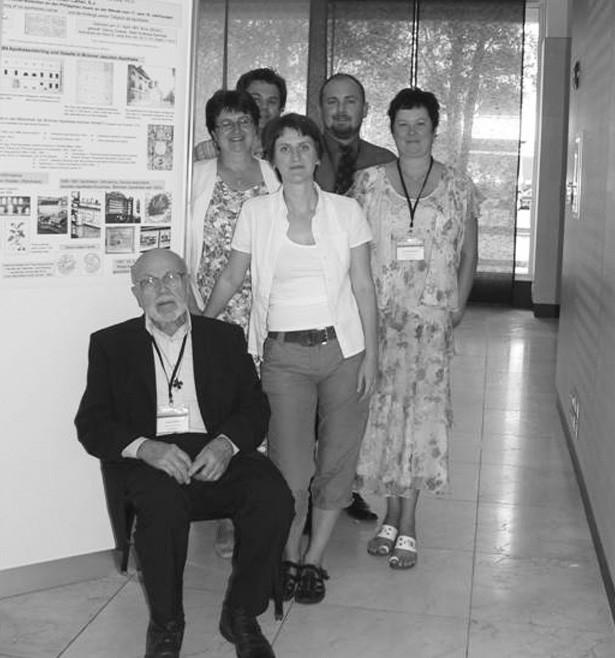 Delegace České republiky na 38. mezinárodním kongresu historie farmacie v Seville (zleva nahoře – muži: D. Plaček, A. Nedopil, zleva – ženy: M. Lisá, L. Valášková, L. Nedopilová)
