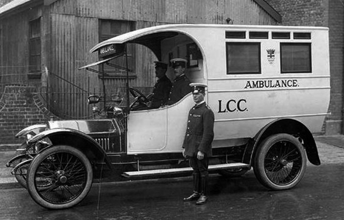 Sanitní automobil, Londýn 1925 (London Metropolitan Archives)