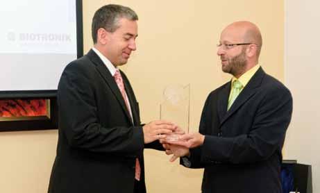 Doc. MUDr. Mgr. Alan Bulava, Ph.D. (na snímku vlevo) přebírá od ředitele společnosti Biotronik dr. Petra Větrovského Honorary Circle Award.  Foto: Bohumír Langmaier.