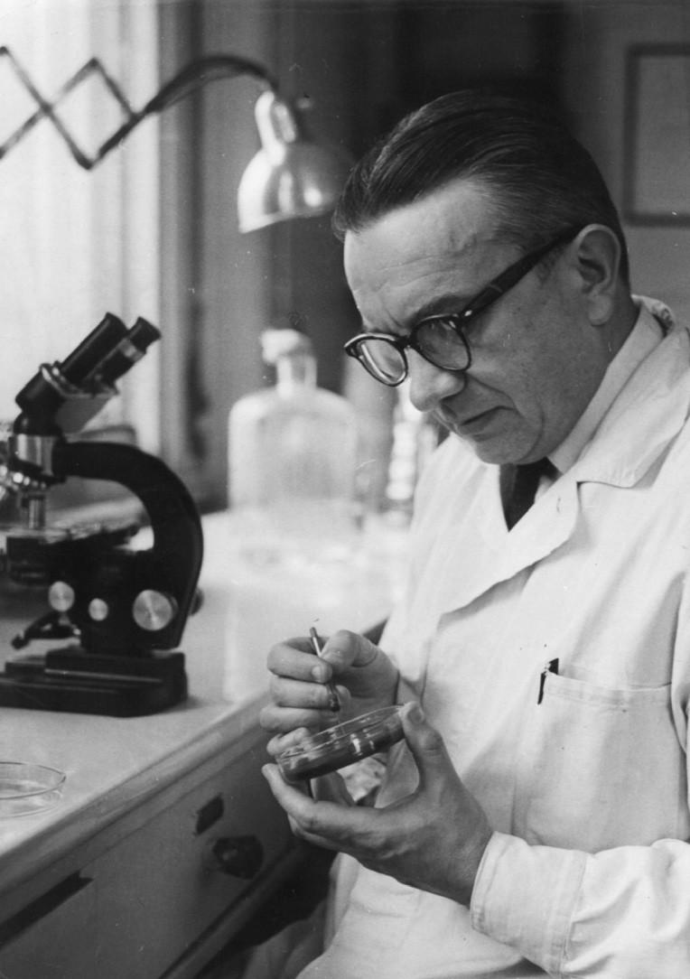 Prof. Karel Raška při práci v laboratoři